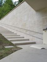 Plattformlift mit seitlicher Auffahrrampe :: Fahrschienen aus widerstandsfähigen Edelstahl montiert mit verdeckten Wandhalterungen