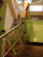 Plattformlift  :: auch für sehr enge Treppenhäusern, Fahrbahnverkleidung aus Sicherheitsglas