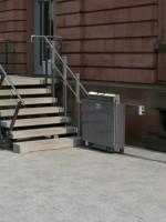 Gerader Plattformlift :: Die Fahrschienen sind an Fahrbahnstützen montiert