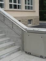Plattformlift in Edelstahl im Aussenbereich :: Wandmontage der Fahrschiene