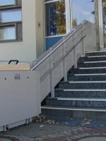 Plattformlift im Außenbereich :: Stützenmontage mit Fahrbahnverkleidung